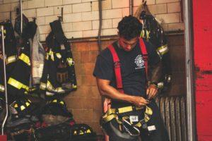防火衣を着る消防士
