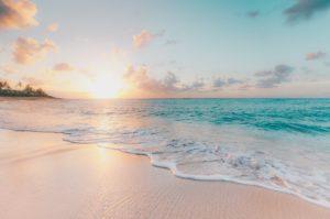 朝日がのぼる海辺