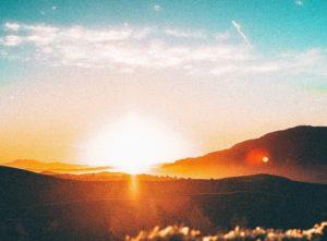 朝日が上る山