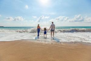ビーチを歩く家族